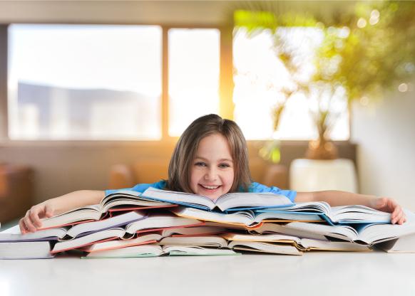 Enfant couché sur une pile de livre